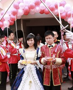 the-bride-and-groom-walk-002